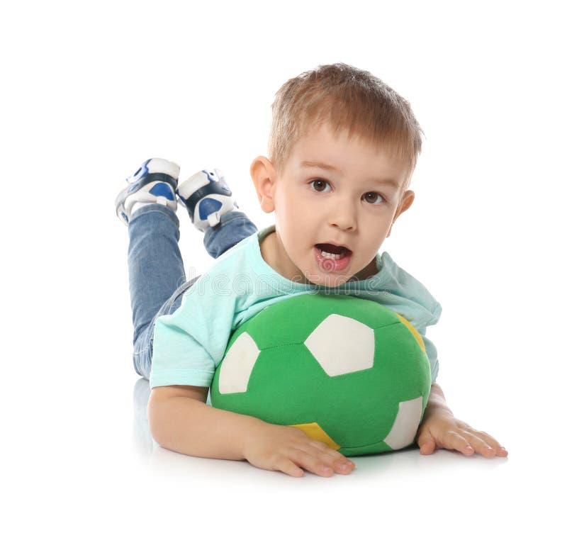 Nettes kleines Kind mit weichem Fußball auf Weiß Zuhause spielen lizenzfreies stockfoto