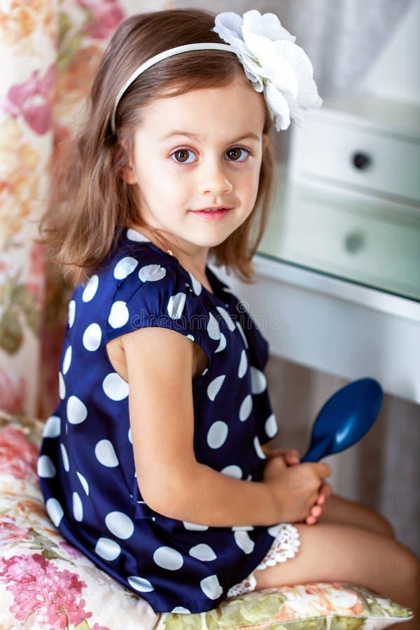 Nettes kleines Kindermädchen, das ihr Haar kämmt lizenzfreies stockfoto