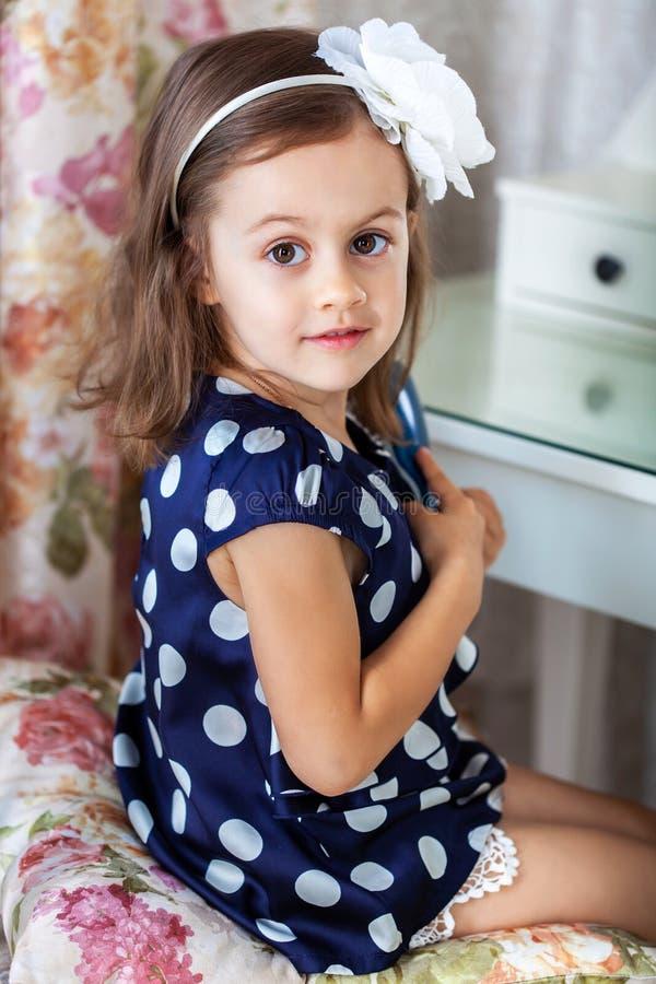 Nettes kleines Kindermädchen, das ihr Haar kämmt stockbilder