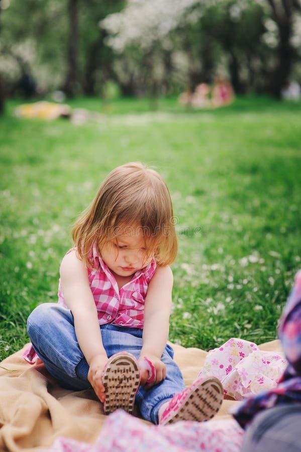 Nettes kleines Kleinkindmädchen, das angekleidet erhält lizenzfreie stockfotografie
