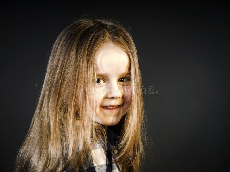 Nettes kleines lächelndes Mädchennahaufnahmeporträt lizenzfreie stockfotografie
