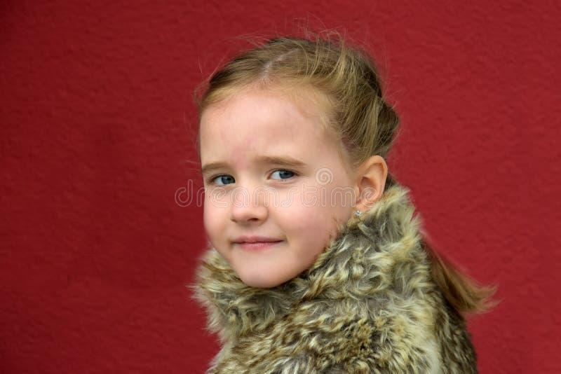 Nettes kleines Mädchen lizenzfreies stockfoto