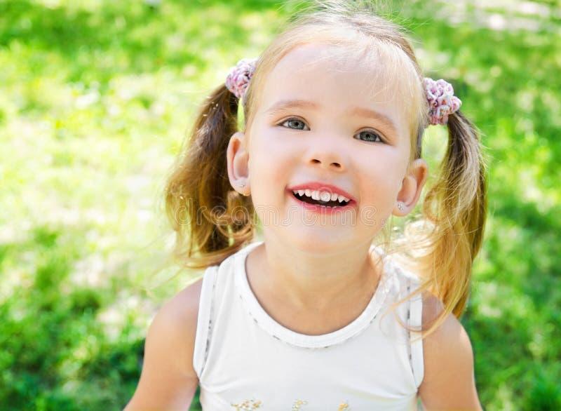 Nettes kleines Mädchen auf der Wiese stockfotografie