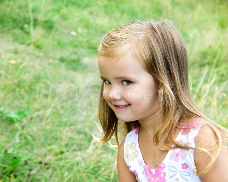 Download Nettes Kleines Mädchen Auf Der Wiese Stockbild - Bild von frühling, lächeln: 26357677