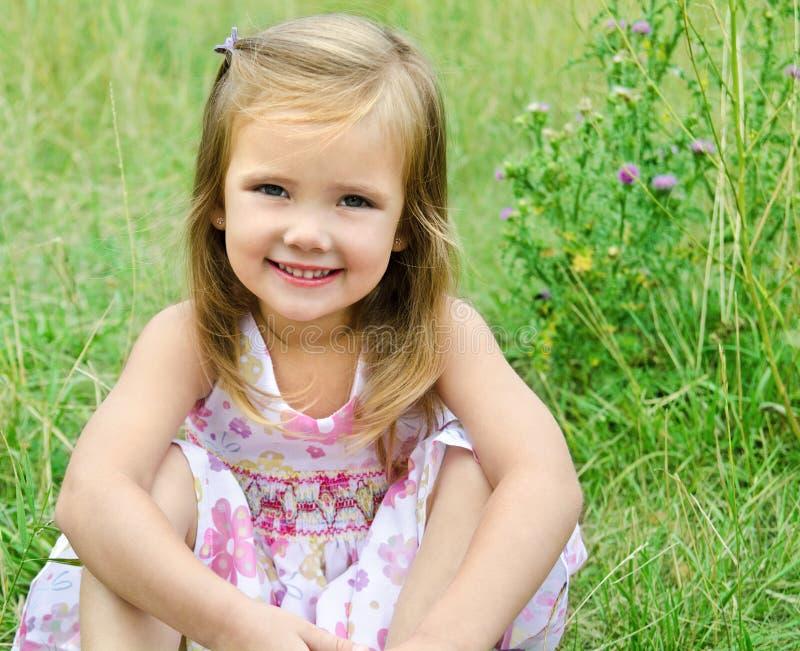 Download Nettes Kleines Mädchen Auf Der Wiese Stockbild - Bild von person, haar: 26357715