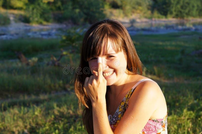 Nettes kleines Mädchen auf einem Weg im Park lizenzfreies stockfoto