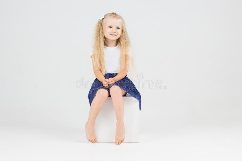 Nettes kleines Mädchen auf Würfel lizenzfreies stockfoto