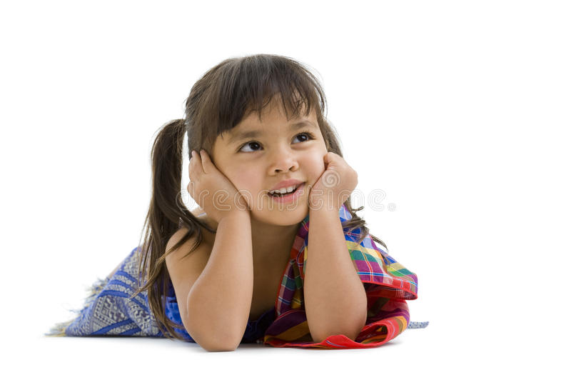 Nettes kleines Mädchen, das auf den Fußboden legt lizenzfreies stockfoto