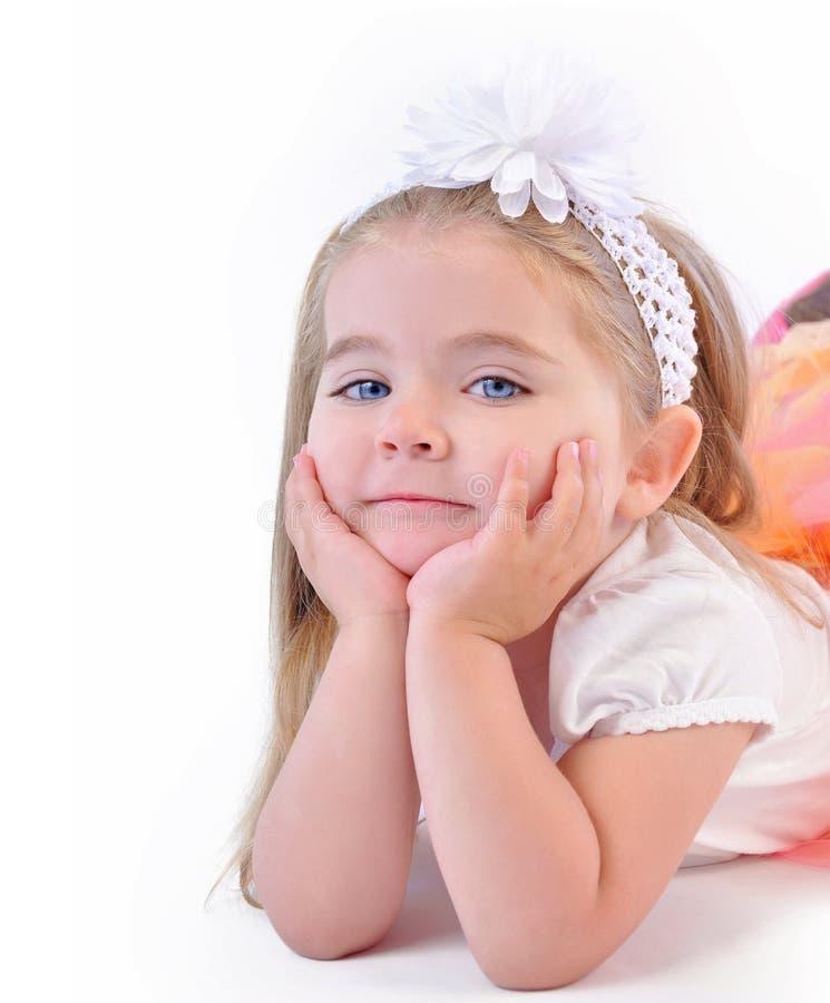 Nettes kleines Mädchen, das auf lokalisiertem weißem Hintergrund denkt lizenzfreie stockfotografie