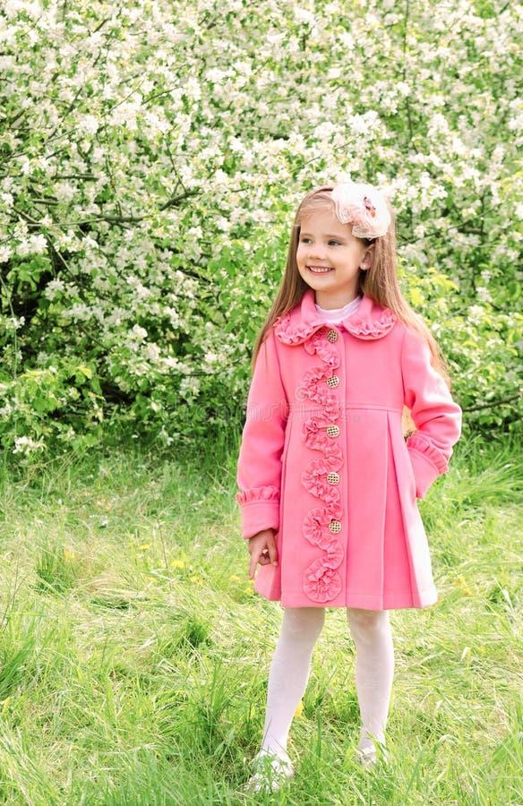 Nettes kleines Mädchen, das in den Park geht stockbild