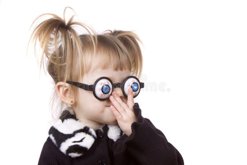 Nettes kleines Mädchen, das dumm fungiert stockfotos