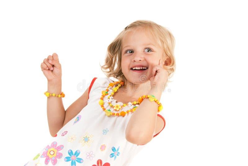 Nettes kleines Mädchen, das für die Kamera aufwirft lizenzfreie stockfotografie