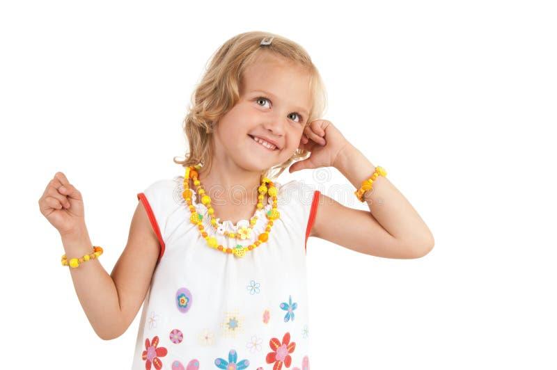 Nettes kleines Mädchen, das für die Kamera aufwirft lizenzfreie stockbilder