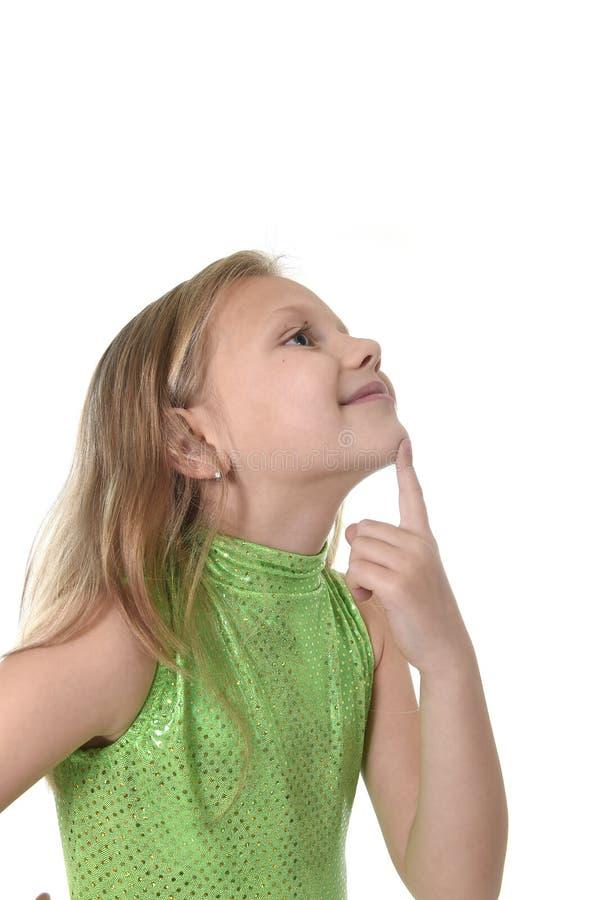 Nettes kleines Mädchen, das ihr Kinn in den Körperteilen lernen Schuldiagramm serie zeigt lizenzfreie stockfotos