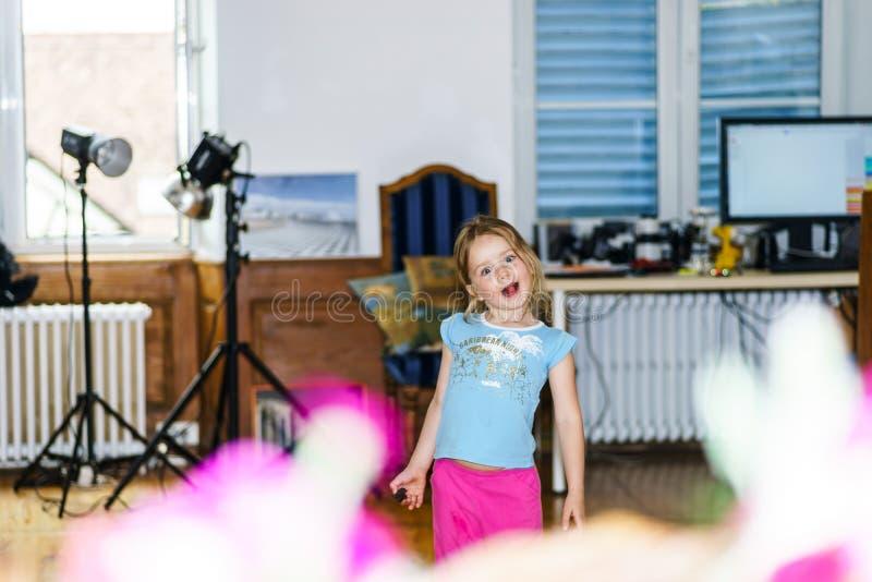 Nettes kleines Mädchen, das im Haupt-photostudio aufwirft stockbild