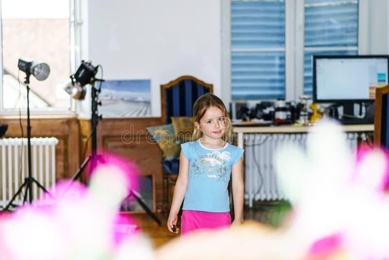 Nettes kleines Mädchen, das im Haupt-photostudio aufwirft lizenzfreie stockfotos