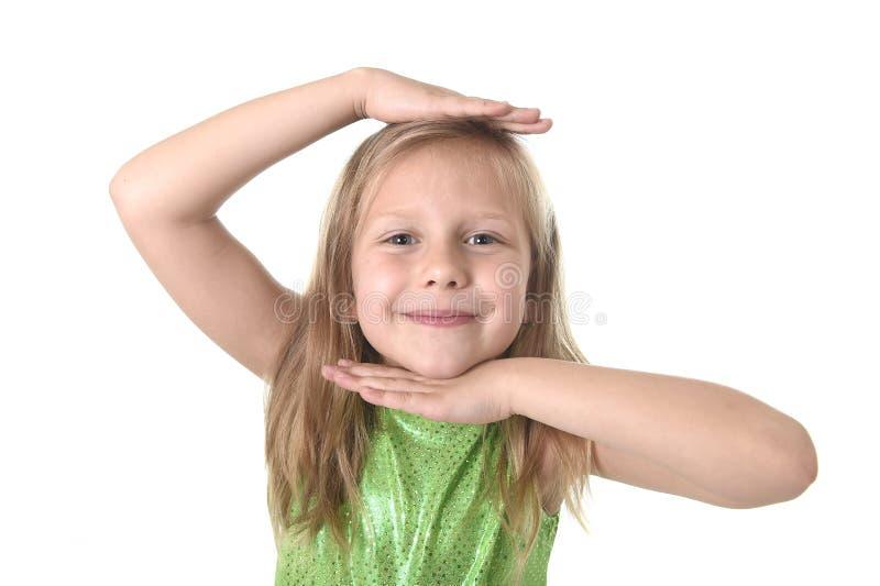 Nettes kleines Mädchen, das Kopf in den Körperteilen lernen Schuldiagramm serie zeigt lizenzfreie stockbilder