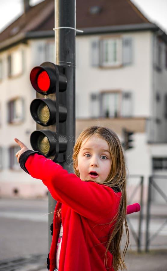 Nettes kleines Mädchen, das mit kleiner Ampel aufwirft lizenzfreie stockbilder