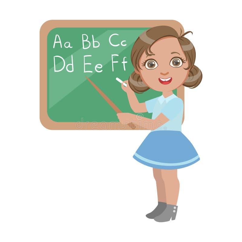 Nettes kleines Mädchen, das nahe der Tafel steht und Briefe des englischen Alphabetes, ein bunter Charakter lokalisiert schreibt lizenzfreie abbildung
