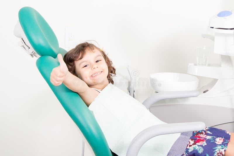 Nettes kleines Mädchen, das okayzeichen zeigend an der zahnmedizinischen Klinik lächelt lizenzfreies stockbild