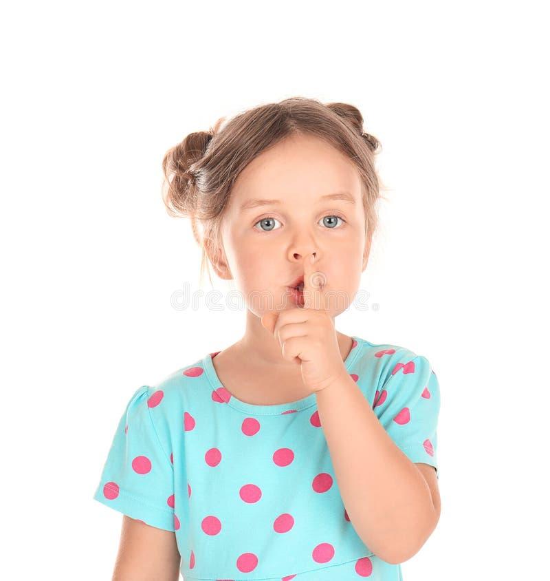 Nettes kleines Mädchen, das Ruhegeste auf weißem Hintergrund zeigt stockfoto