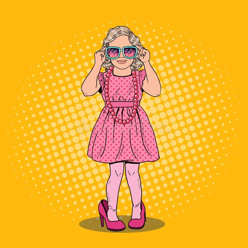 Nettes Kleines Mädchen In Den Mutter-Schuhen Und Der Sonnenbrille ...