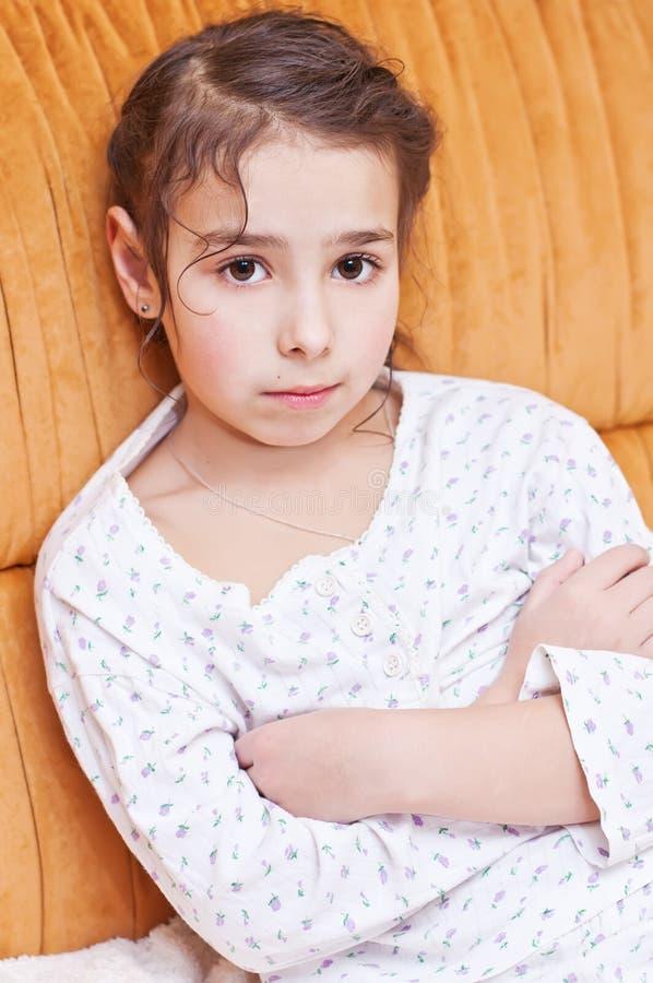 Nettes kleines Mädchen in den Pyjamas lizenzfreie stockfotos
