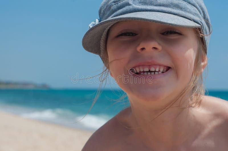 Nettes kleines Mädchen in der Denimkappe stockbilder