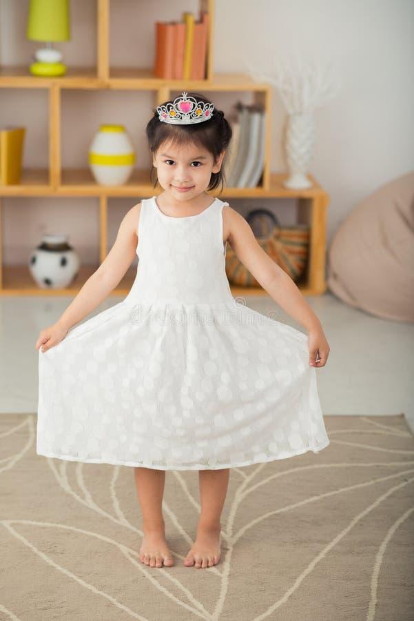 Nettes kleines Mädchen in der Tiara stockbilder