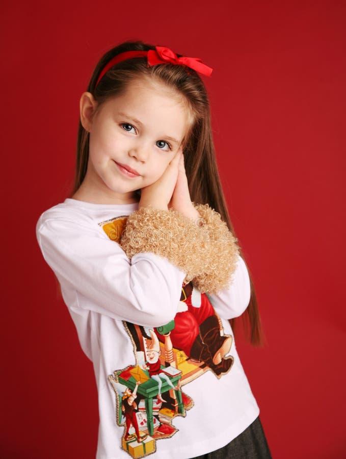 Nettes kleines Mädchen in der Weihnachtsabnutzung stockfotos