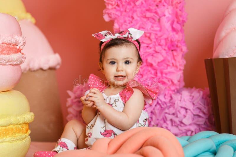 Nettes kleines Mädchen feiern ihren ersten Geburtstag lizenzfreies stockfoto