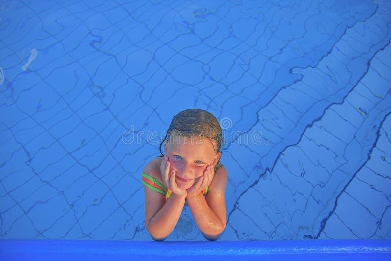 Nettes kleines Mädchen im Allgemeinen Swimmingpool Porträt des kleinen netten Mädchens im Swimmingpool Sonniger Sommertag Sommer  stockbild