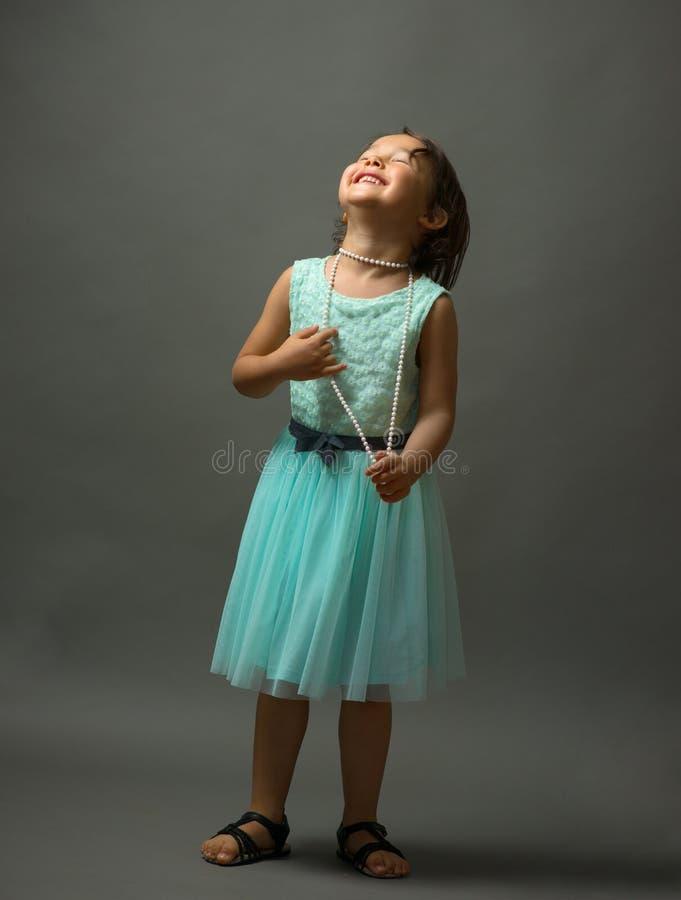 Nettes kleines Mädchen im schönen Kleid im Studio stockfoto