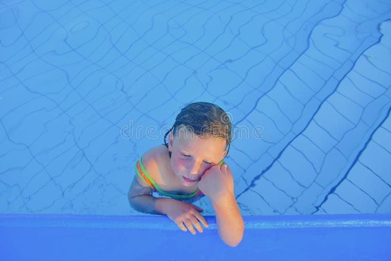 Nettes kleines Mädchen im Swimmingpool Porträt des kleinen netten Mädchens im Swimmingpool Sonniger Sommertag Sommer und glücklic stockfotografie