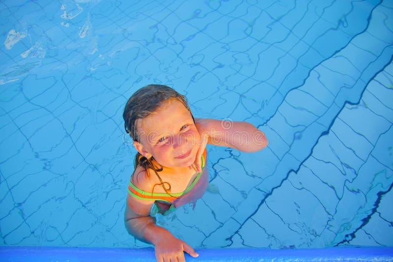 Nettes kleines Mädchen im Swimmingpool Porträt des kleinen netten Mädchens im Swimmingpool Sonniger Sommertag Sommer und Zufall stockbilder