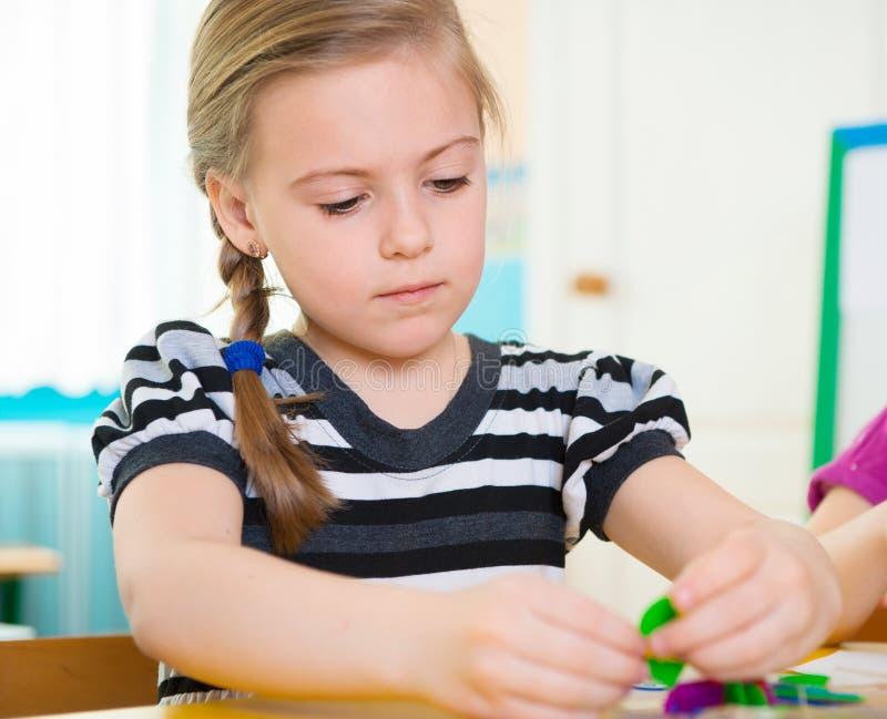Nettes kleines Mädchen am Kindergarten lizenzfreie stockbilder