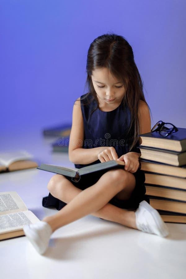 Nettes kleines Mädchen liest ein Buch lizenzfreie stockfotos