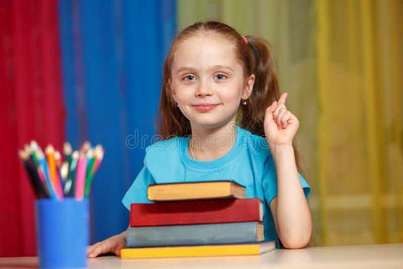 Nettes kleines Mädchen mit Büchern lizenzfreies stockfoto