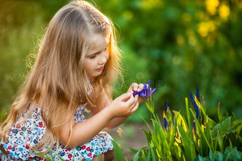 Nettes kleines Mädchen mit Blume stockfotos