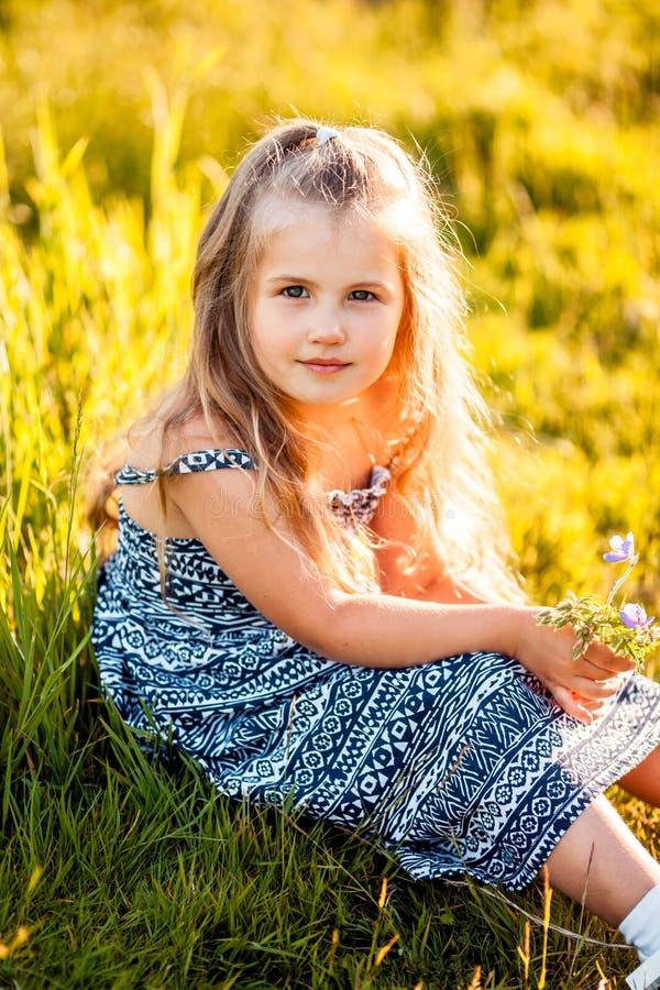 Nettes kleines Mädchen mit Blume stockbild