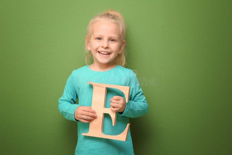 Nettes kleines Mädchen mit Buchstaben E lizenzfreie stockbilder