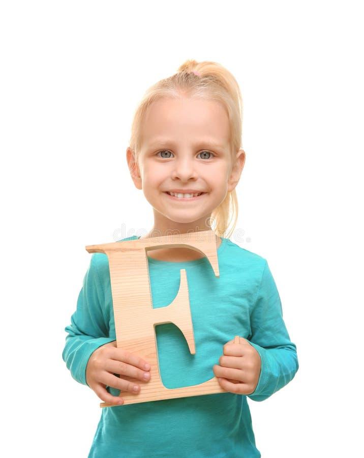 Nettes kleines Mädchen mit Buchstaben E stockfotografie