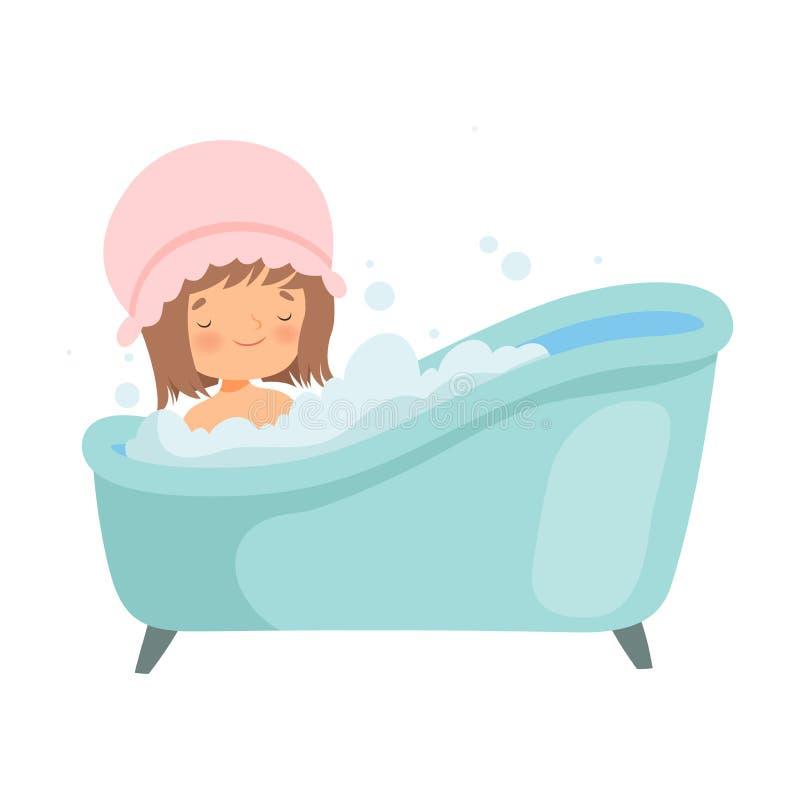 Nettes kleines Mädchen mit der Duschkappe, die Bad in der Badewanne voll vom Schaum, entzückendes Kind im Badezimmer, täglicher H lizenzfreie abbildung
