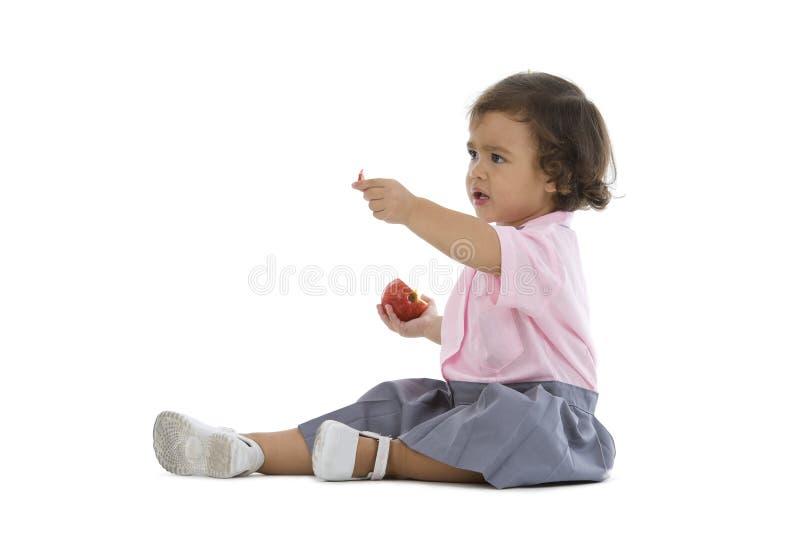 Nettes kleines Mädchen mit einem Apfel lizenzfreies stockfoto