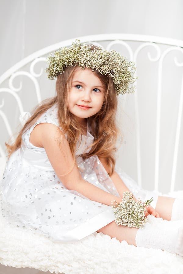 Nettes kleines Mädchen mit einem Kranz lizenzfreies stockbild