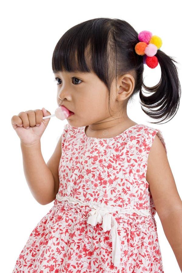 Nettes kleines Mädchen mit einem Lutscher lizenzfreies stockbild
