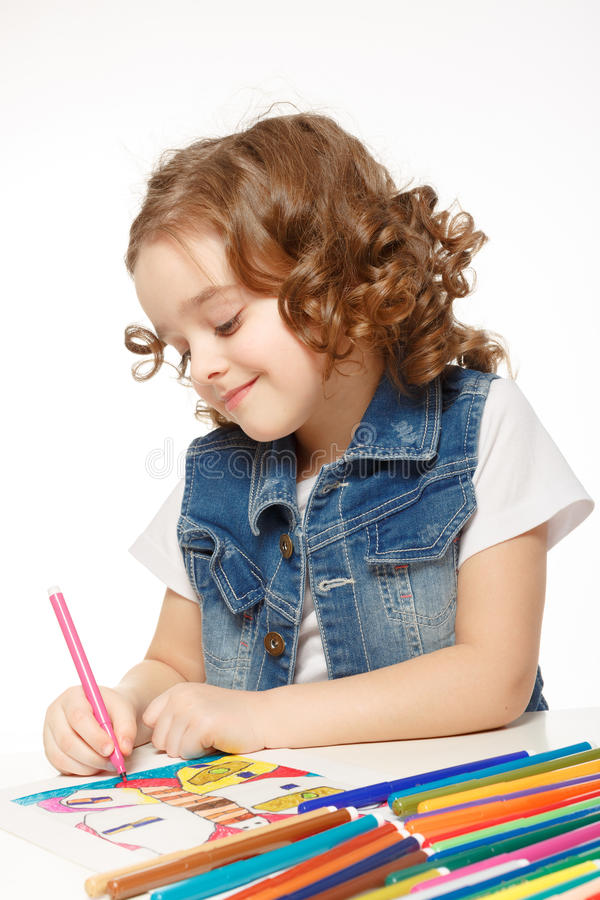 Nettes kleines Mädchen mit Filzstiftzeichnung im Kindergarten lizenzfreie stockbilder
