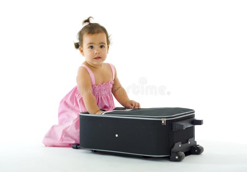 Nettes kleines Mädchen mit Gepäck lizenzfreies stockfoto