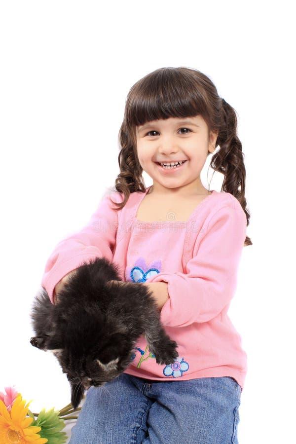 Nettes kleines Mädchen mit Kätzchen lizenzfreie stockfotografie