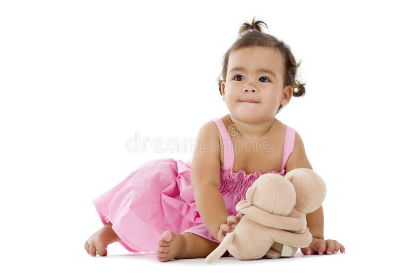 Nettes kleines Mädchen mit knuddeligem lizenzfreie stockfotografie